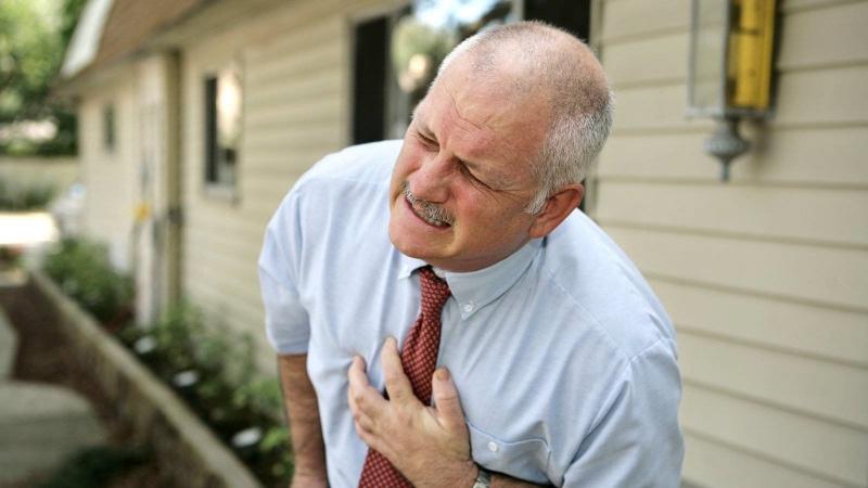 Nếu thường xuyên có những cơn đau ngực tấn công, bạn nên nghĩ đến trường hợp cholestero trong máu cao